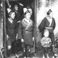 578. Lung Kwan : women at doorway