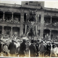 Crowd in front of Iolani Palace