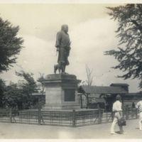Kaizawa 2-085: Image of Saigo Takamori 西郷隆盛 statue with…