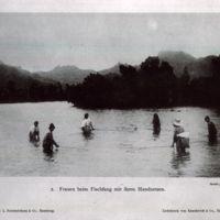 Frauen beim Fischfang mit ihren Handnetzen
