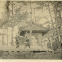 Soldiers and American women watching Japanese…